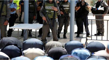 """عشرات الآلاف من الفلسطينيين يصلون المغرب في """"الأقصى"""" ومحيطه"""