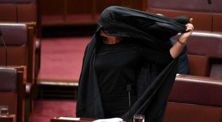 برلمانية أسترالية تدخل البرلمان بالنقاب للتحريض على حظره