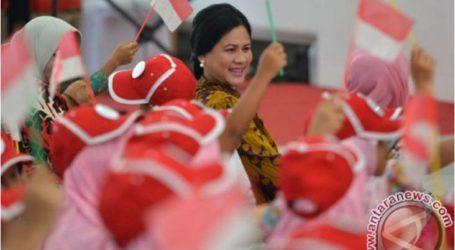 السيدة الأولى اريانا جوكو ويدودو تقدم هدايا للأطفال في القصر