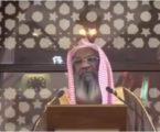 إمام سعودي يوقف خطبة الجمعة بسبب مصلٍّ يلعب بهاتفه