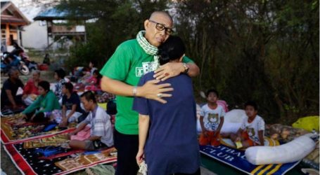 """الحزن يخيم على منكوبي """"تسونامي"""" في إندونيسيا"""