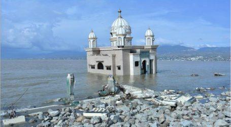 المسجد العائم يأبى الاستسلام لكارثة تسونامي في إندونيسيا
