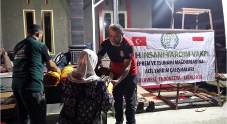 الإغاثة التركية  توزع مساعدات على منكوبي تسونامي إندونيسيا