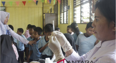 حملة لتطعيم الأطفال ضد شلل الأطفال والحصبة في مدارس في ميميكا