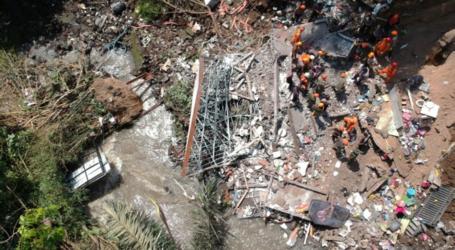 رجال الانقاذ يخلون خمسة ضحايا الانهيارات الأرضية في بالي