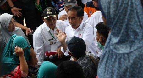 الرئيس الإندونيسي يتفقد المناطق التي ضربتها أمواج تسونامي