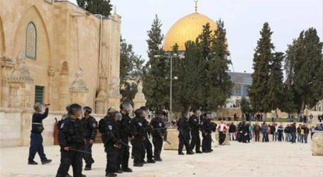 عشرات المستوطنين يقتحمون الأقصى بحراسة الأمن الإسرائيلي