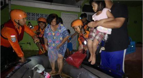 رجال الانقاذ كيندارى يساعدون فى إجلاء 36 من ضحايا الفيضانات