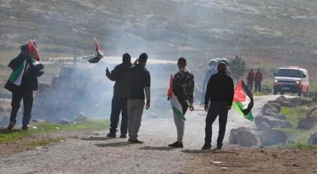 الجيش الإسرائيلي يهدم تجمعا سكنيا ويُصيب ويعتقل آخرين